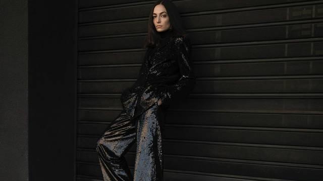 Crno odijelo posuto šljokicama spremno je za party svake vrste