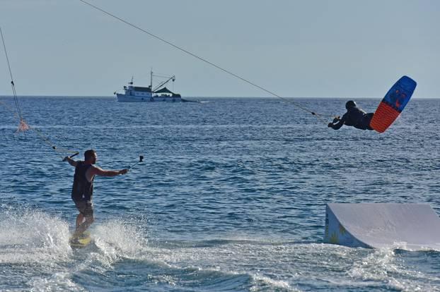 Popodnevno uživanje u skijanju na vodi u uvali Valovine u Puli