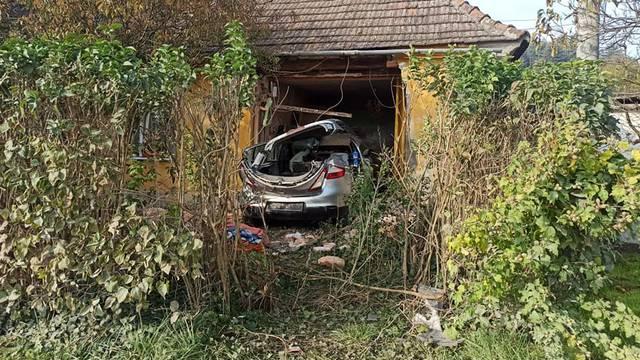 Uletjela autom u kuću u Vinici: Pijanu ženu (23) su vatrogasci izvlačili, kuća se umalo urušila