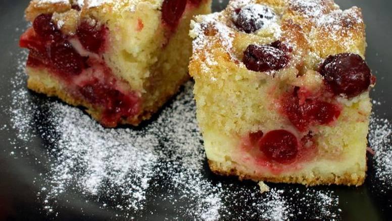 Pogledajte kako pripremiti zaliveni kolač od višanja