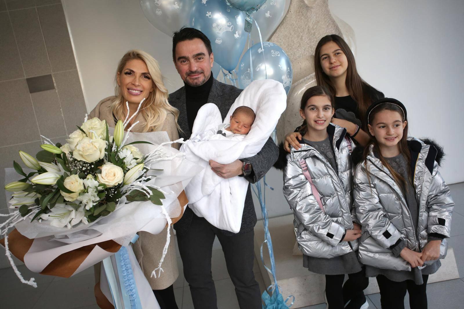 Split: Pjevač Jole s kćerima stigao u rodilište po suprugu i sinčića