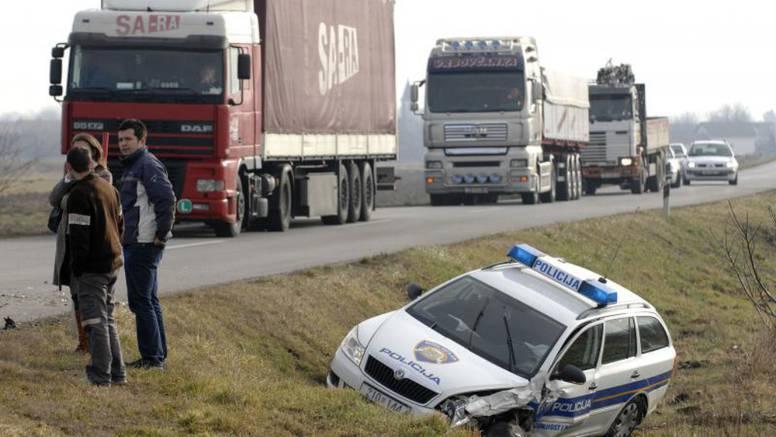 Žena pretjecala kamione pa se sudarila s policijskim vozilom
