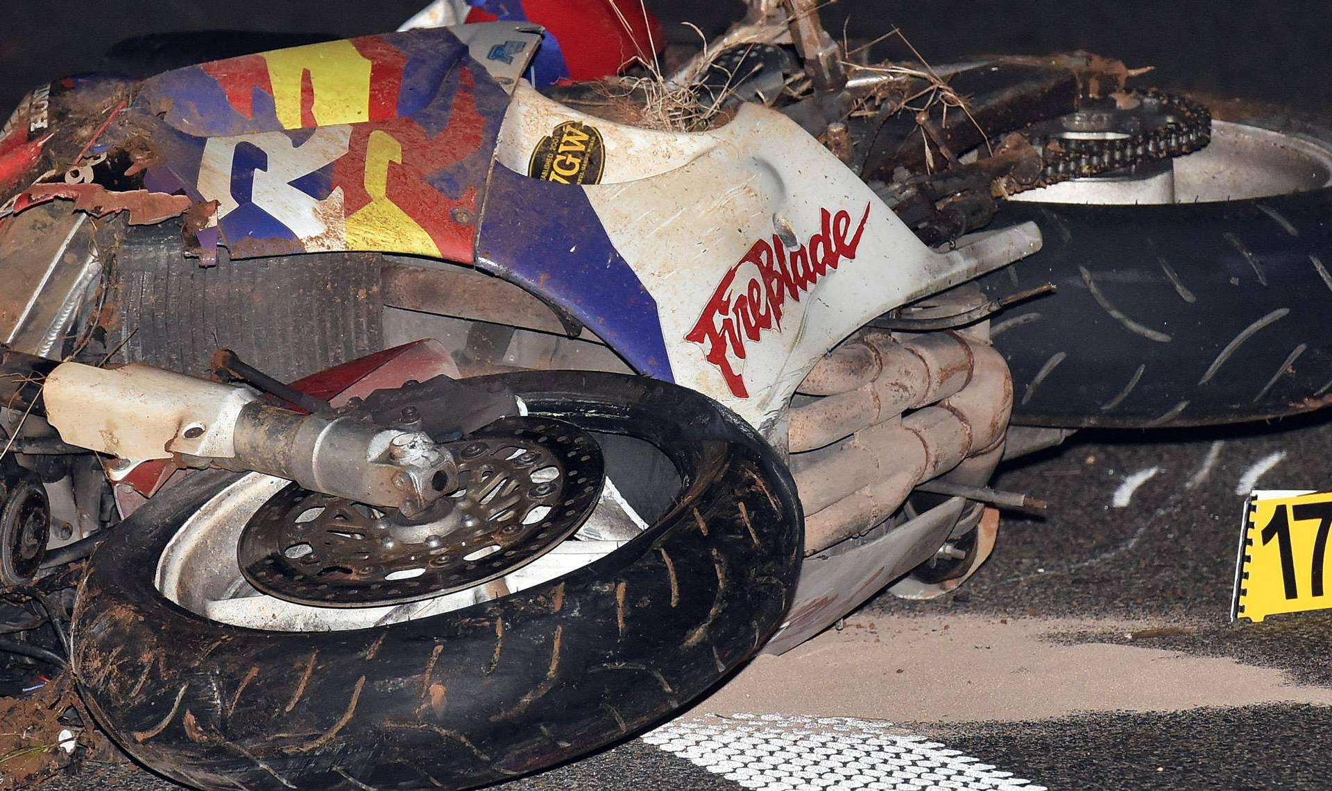 Motociklist sletio s ceste, od zadobivenih ozljeda preminuo