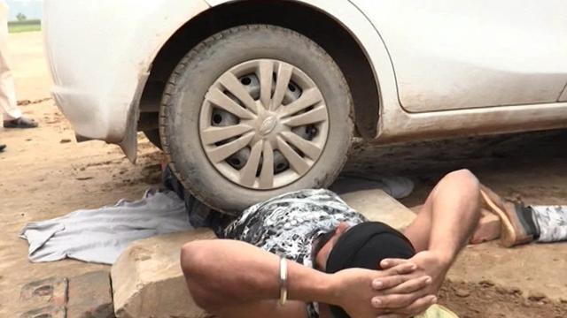 'Indijski Iron Man' mirno leži dok preko njega prelaze auti