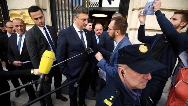 Zagreb: Prosvjednici izviždali premijera Plenkovića na izlasku iz Sabora
