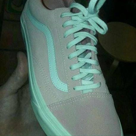 Kakve su boje tenisice? Jesu li sivo-plave ili ružičasto-bijele?