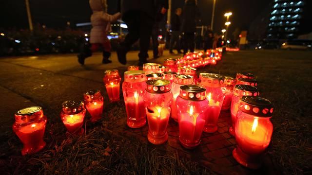 Zagreb: Povodom 26. obljetnice pada Vukovara upaljene svijeće u Vukovarskoj ulici