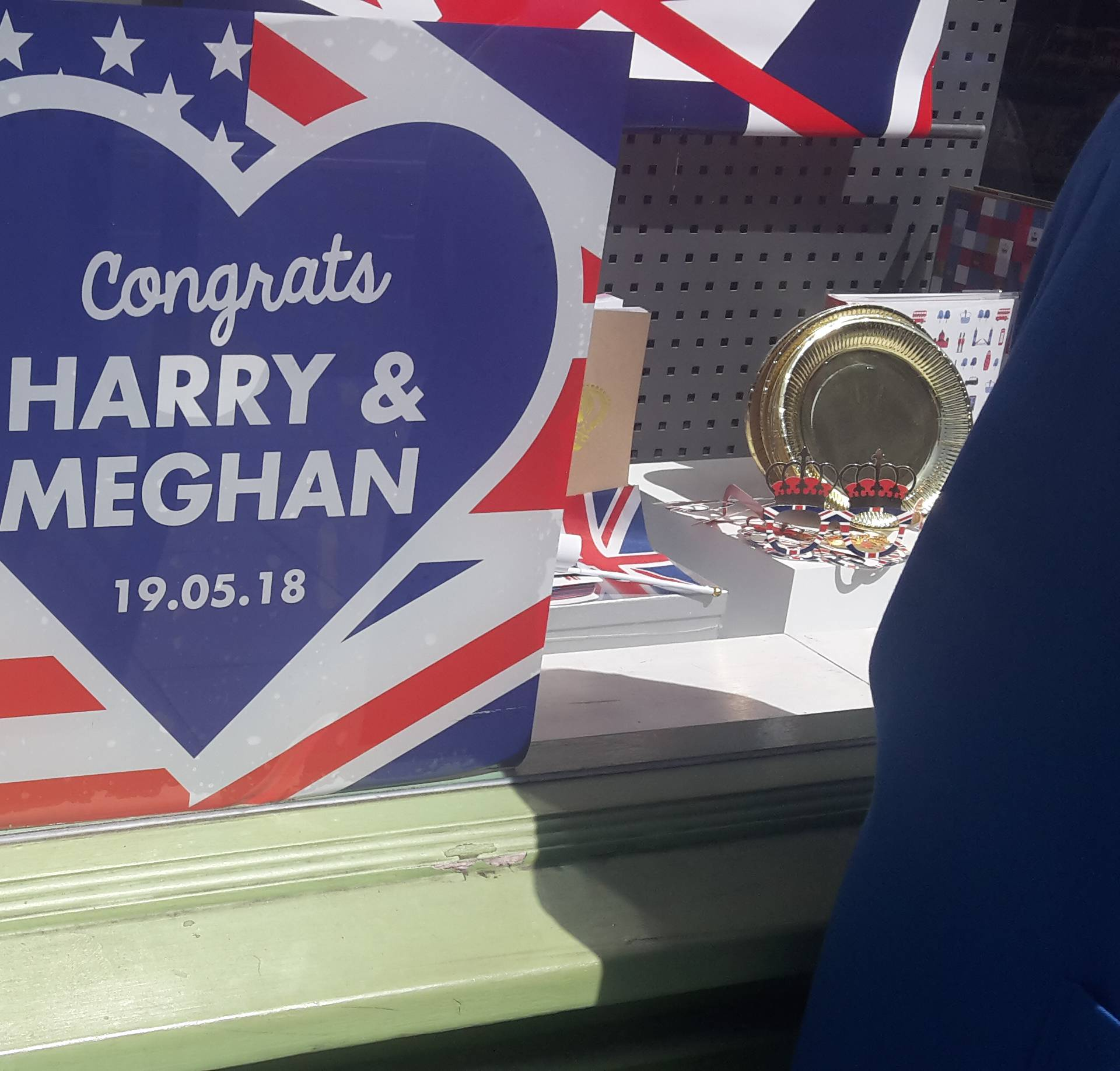 Zaprosio je replikom prstena Meghan Markle i pristala je