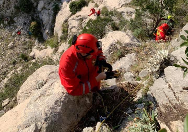 Drama na Biokovu: Lovac sa psima ostao zaglavljen u stijeni