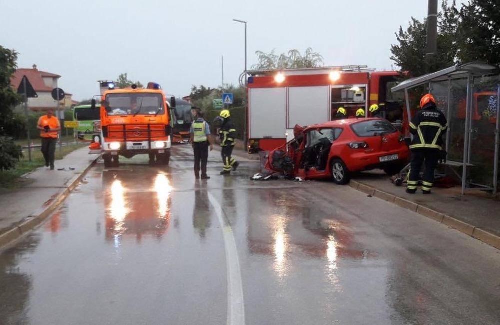 Vozač automobila poginuo u sudaru s autobusom u Vodnjanu