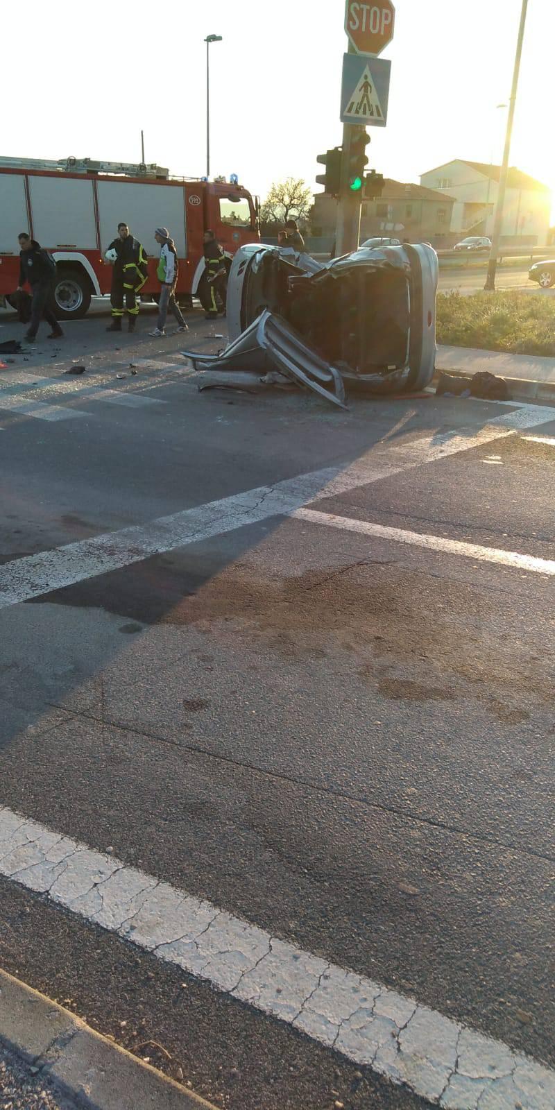 Sudar dva auta: Vatrogasci su rezali staklo da izvuku ženu...