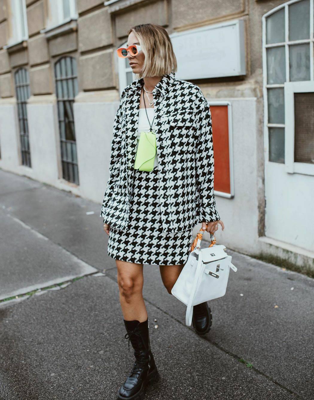 Pepita uzorak i neon modni detalji kao uvod u kišnu jesen