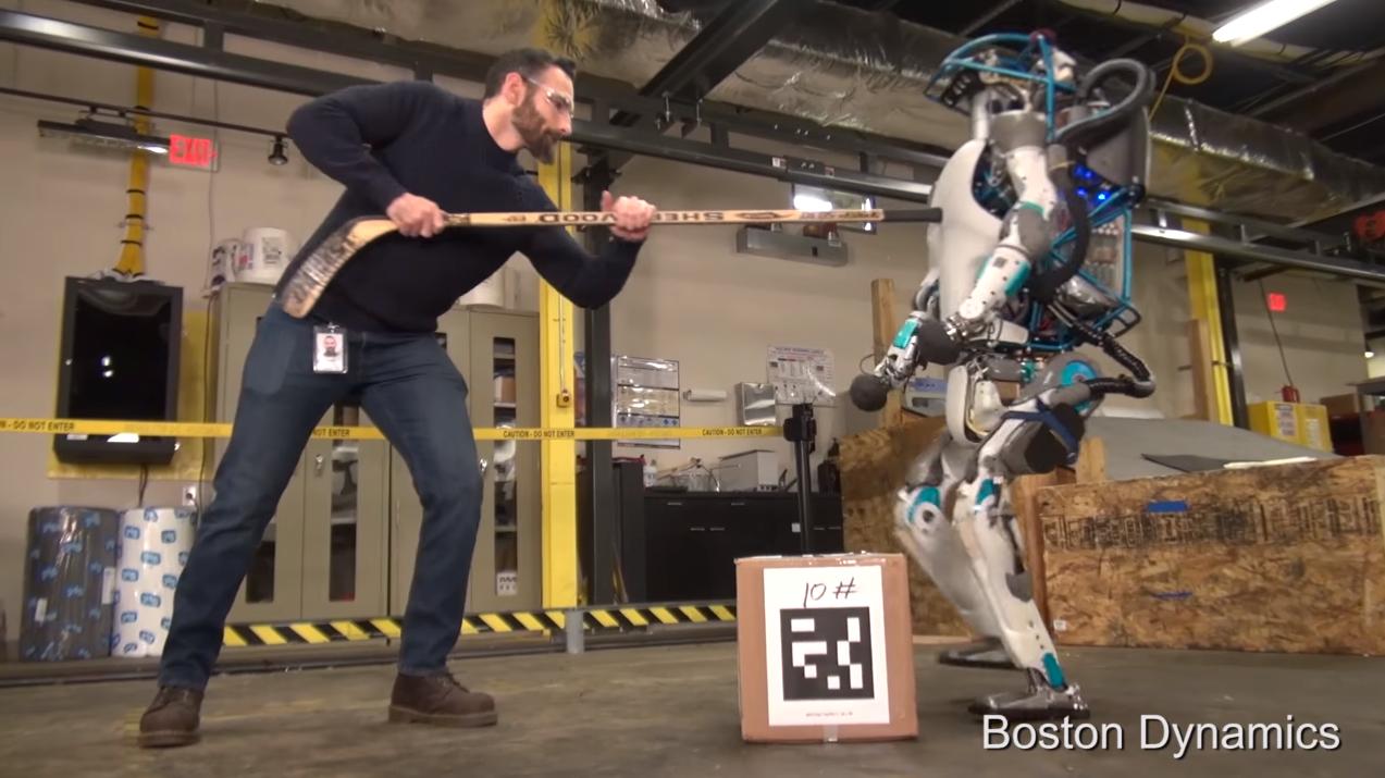 Izradili su impresivnog robota i odmah ga počeli maltretirati