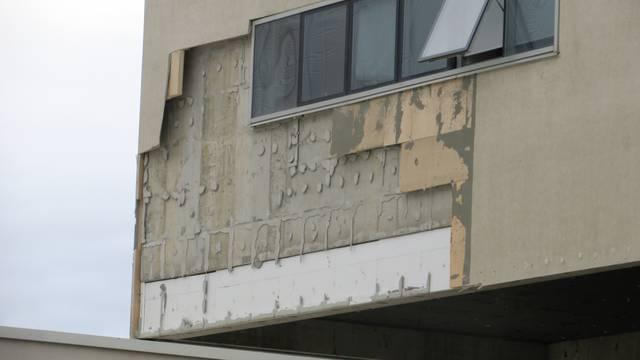 Pod naletima bure (opet) se raspala fasada škole u Splitu