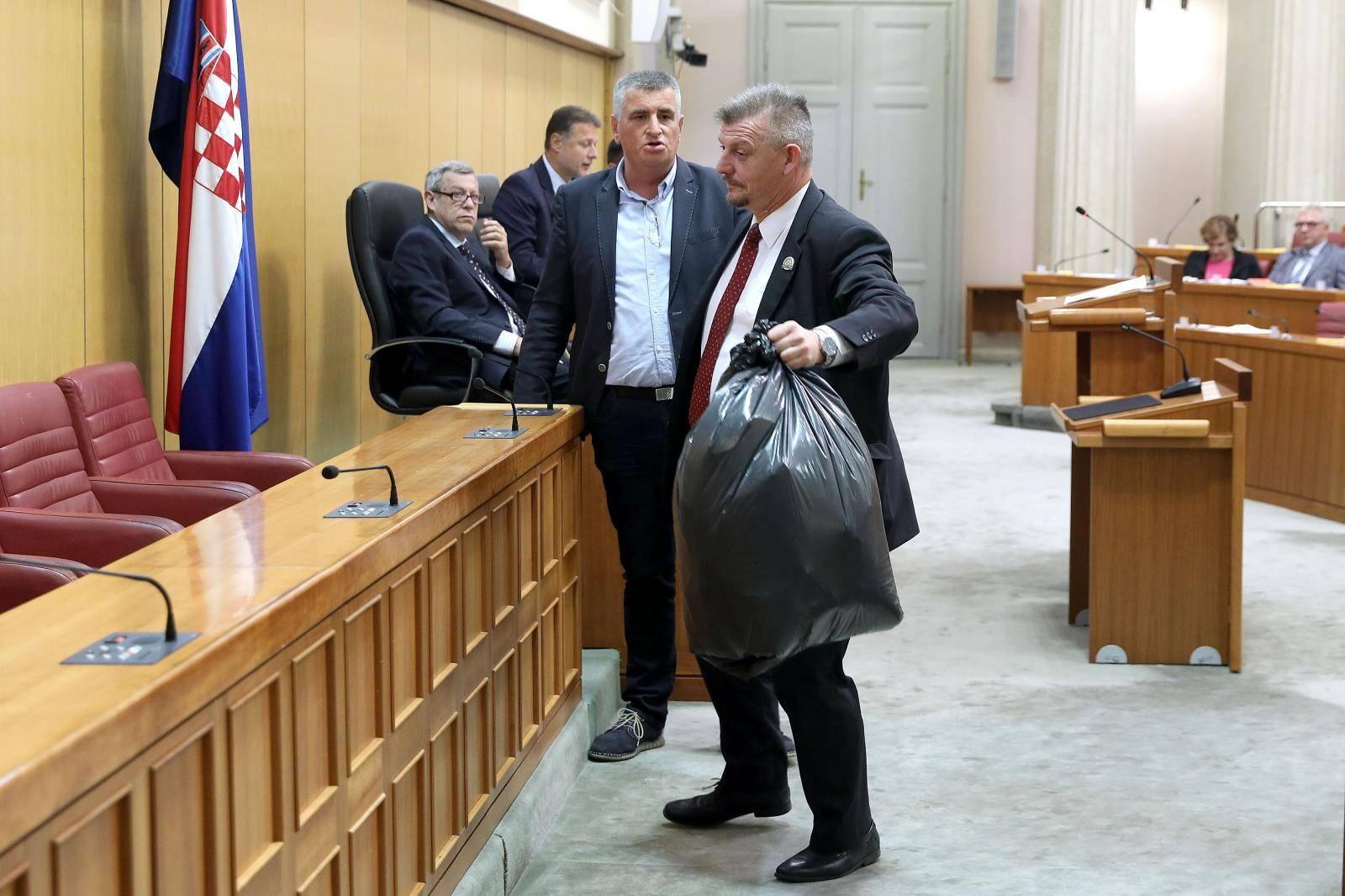 Zagreb: Miro Bulj u sabornicu donio vreću punu smeća