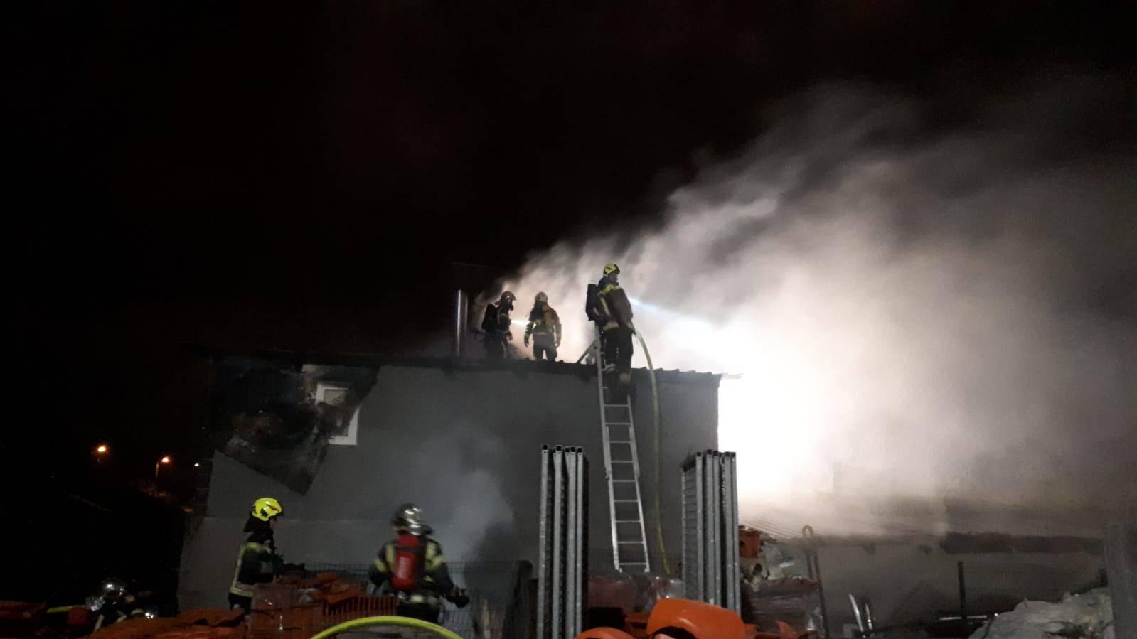 Gorio krov kuće u Svetoj Klari, gasio ga je čak 41 vatrogasac
