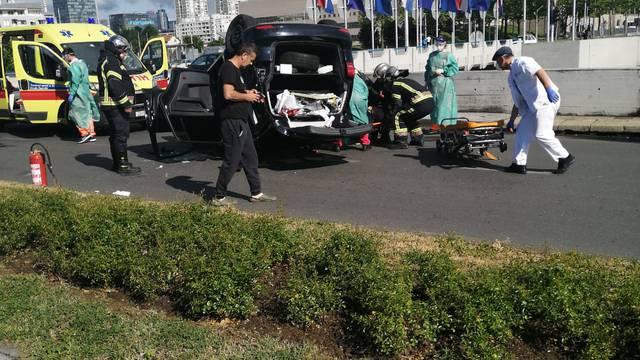 Teška nesreća u Zagrebu: Auto na krovu, troje ljudi ozlijeđeno
