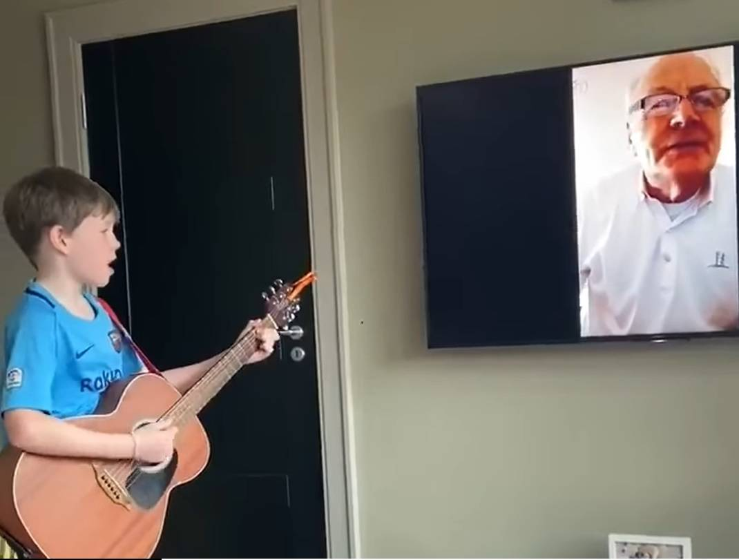 Dječak i djed  pjevaju 'I Want To Break Free' preko video poziva