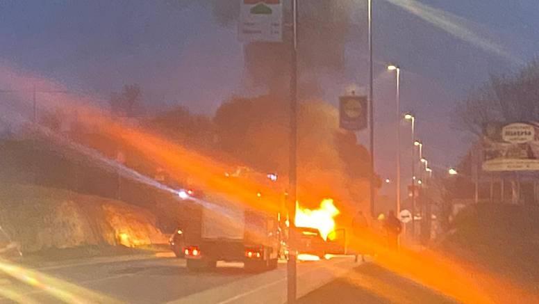 Strava kod Poreča: Automobil se zapalio i izgorio usred vožnje