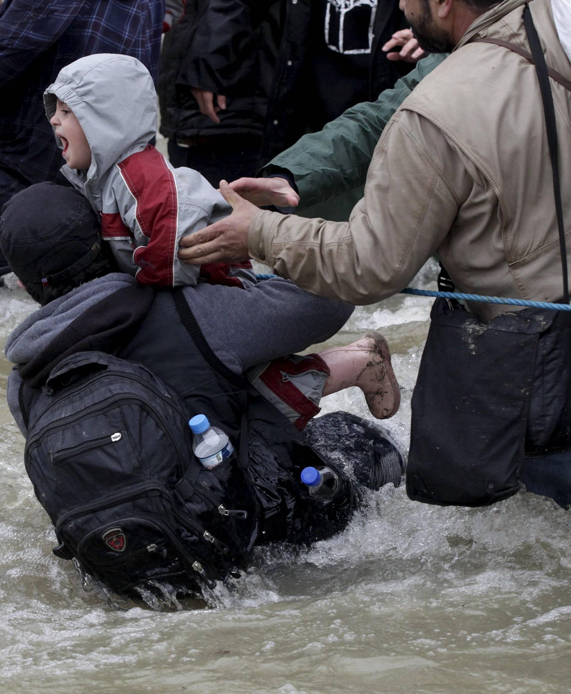 Kaos na grčkoj granici: Stotine migranata  probile kroz ogradu