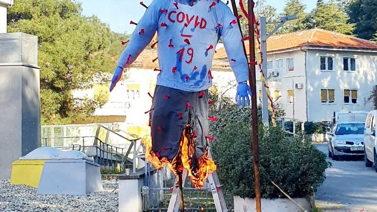 Gradonačelnik Poreča i predstavnici maškara ispred staračkog Doma spalili pust