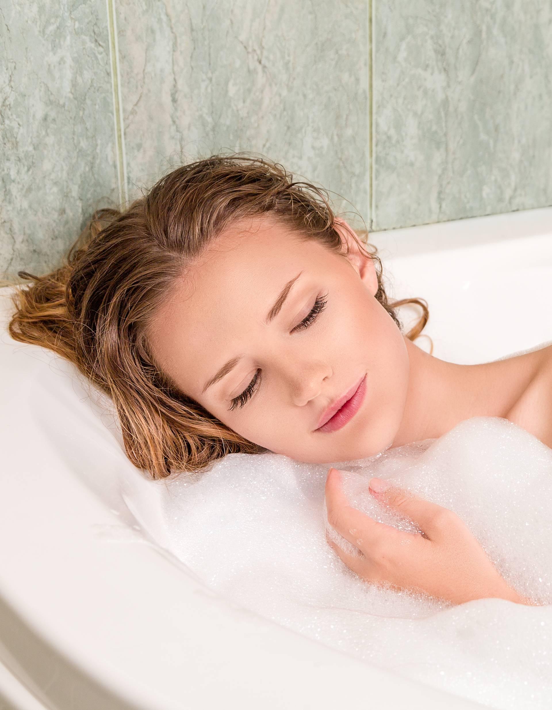 Prevruće i česte kupke mogu naštetiti koži, ali tope kalorije