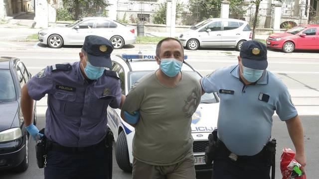 Osijek: Provođenje muškarca osumnjičenog da je odvijačem izbo dječaka i djevojčicu
