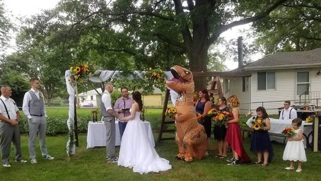 Odlučila je 'začiniti' sestrinu svadbu pa se odjenula u T-Rexa