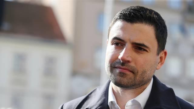 Zagreb: Bernardić i Maras ženama dijelili karanfile i dali izjavu povodom Međunarodnog dana žena