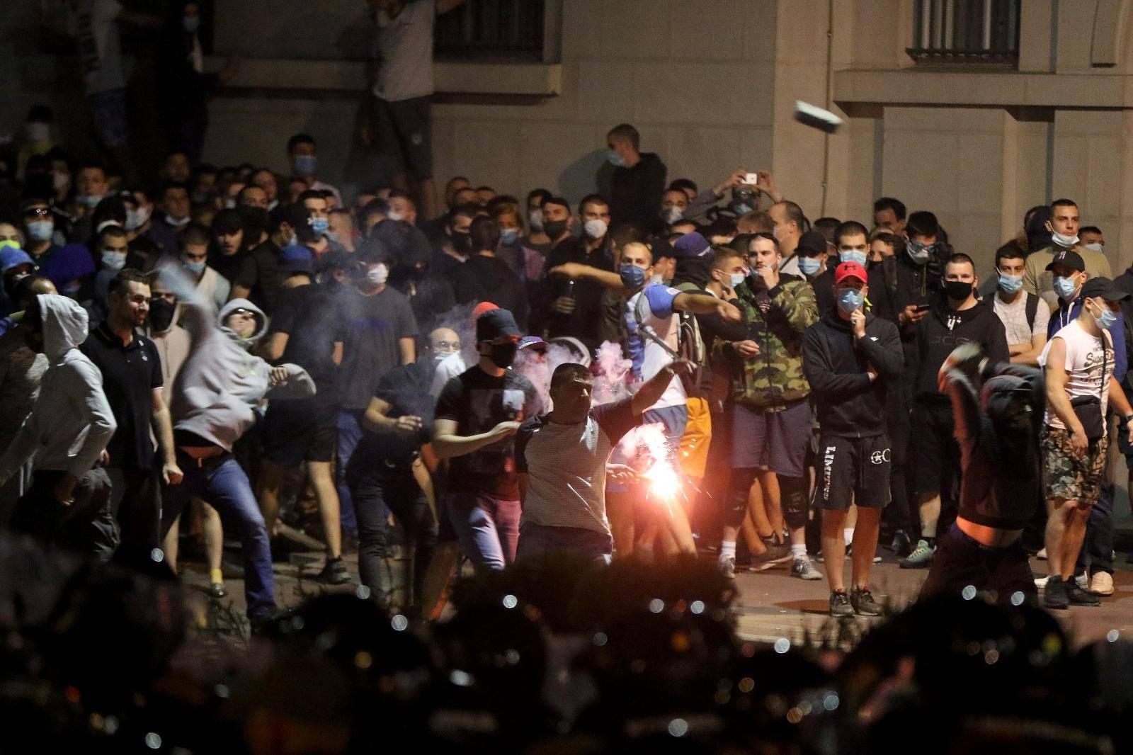 Policija i prosvjednici borili se šest sati: Pogledajte strašne snimke iz Beograda