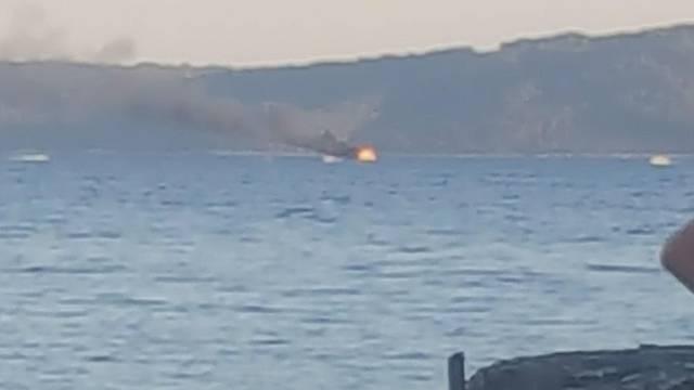 Zapalio se brod u blizini Čiova: Dvoje ljudi uspjelo se spasiti