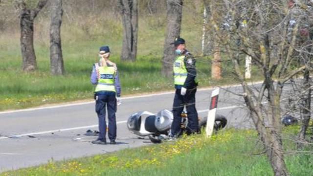 Maloljetni motociklist pretjecao na raskrižju pa naletio na auto