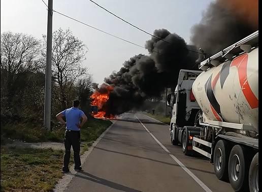 Drama kod Labina: Zapalila se cisterna, vozač uspio izaći van