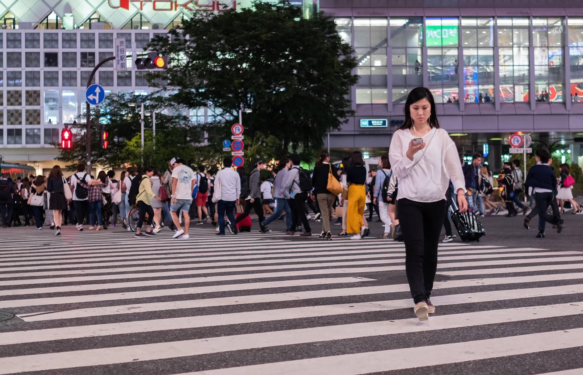 Japan prvi zabranio istodobno hodanje i gledanje u mobitel