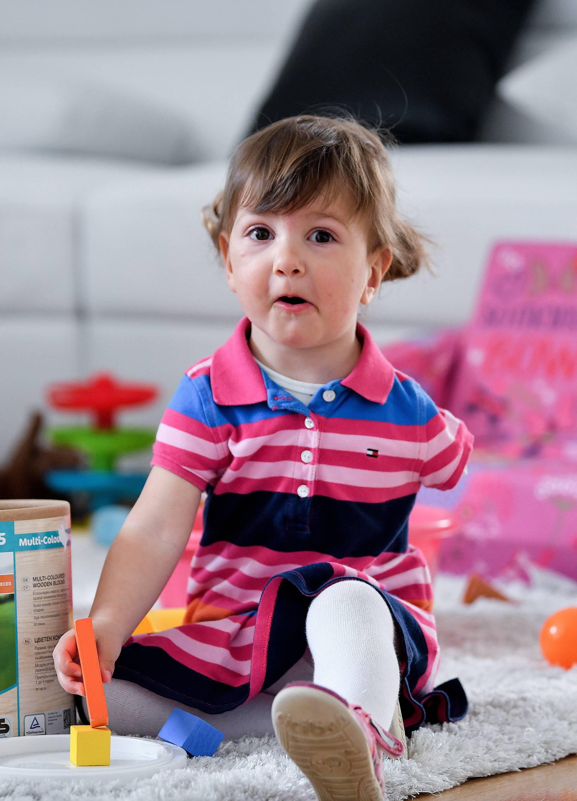 Lara (1,5) je rođena bez ruke, ali mora dokazati da je invalid