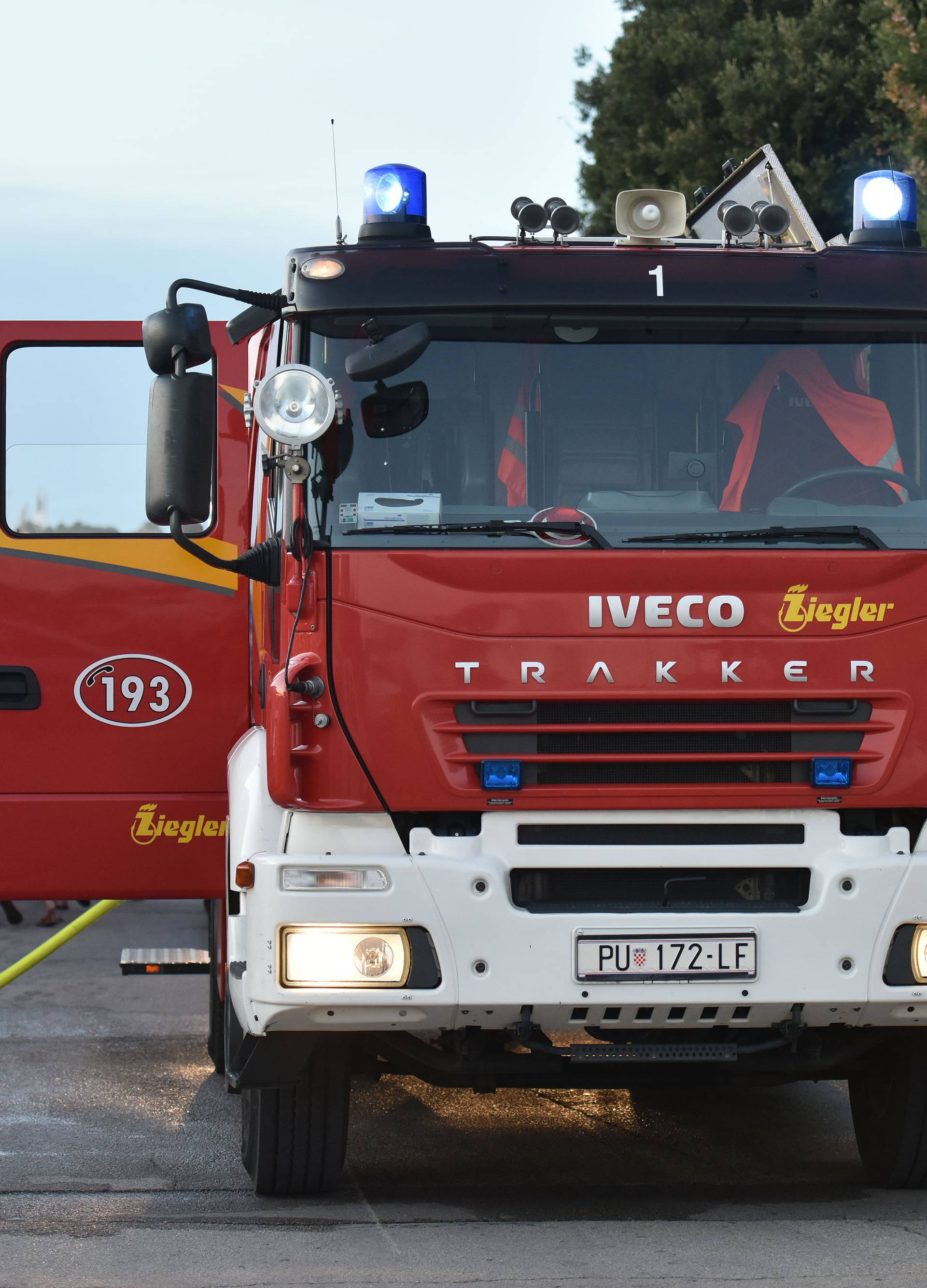 Buknuo požar u lučici: Zapalio se gliser u Kaštel Kambelovcu