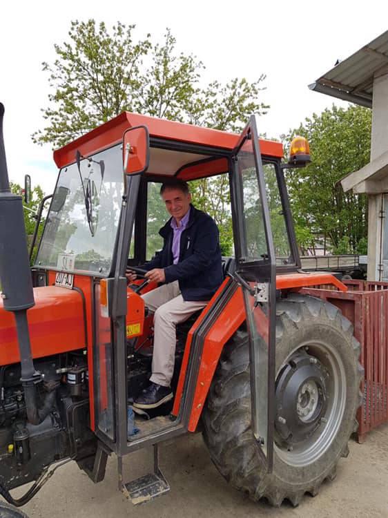 Pupovac sjeo na traktor i hvali se kako na njemu 'ide u Brisel'