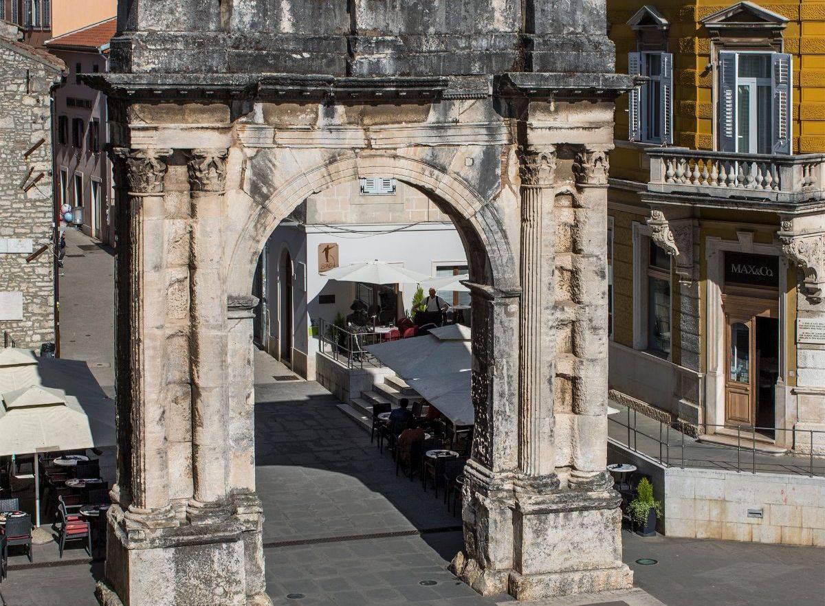 Pula: Započeli s radovima na obnovi poznatog spomenika