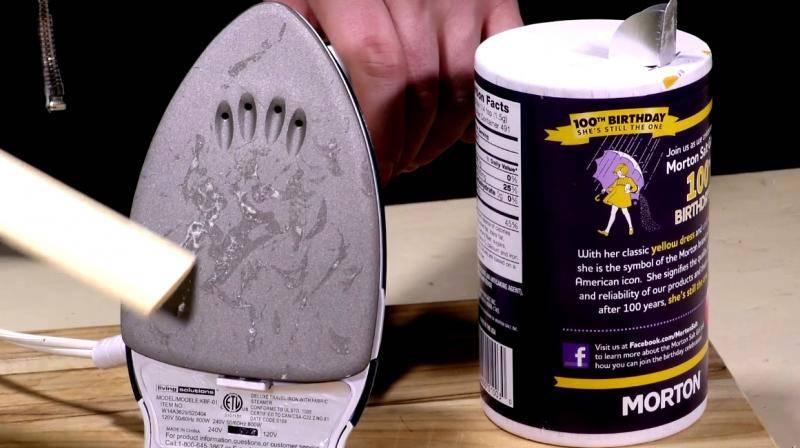 7 trikova sa solju: Čisti peglu, odčepljuje odvod, uklanja mrlje