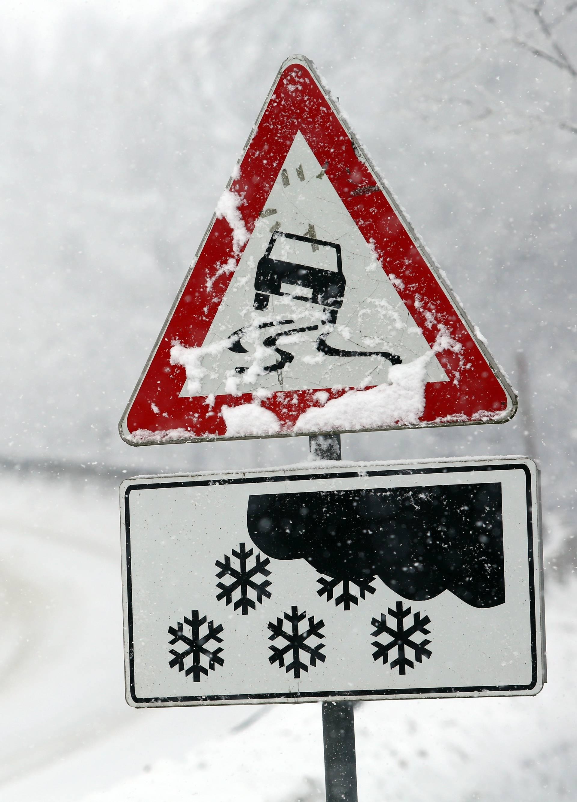 Vozači zapeli u Lici: Stoje već 5 dana, snijeg još neće prestati