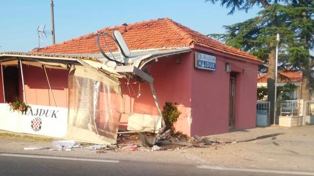 Pijan je pokosio terasu kafića u Sukošanu, pa se zabio u kuću