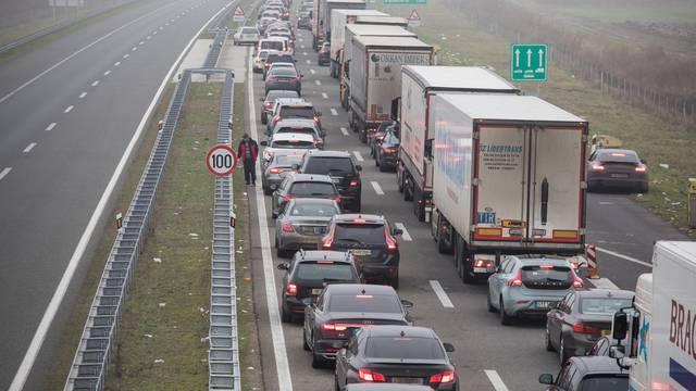 Satima se čeka na graničnom prijelazu Bajakovo na izlazu iz zemlje prema Srbiji