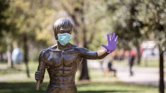 Mostar: Kip Bruce Leeja osvanuo sa za??titnom maskom i rukavicama