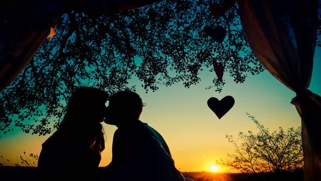 Pripremite se za nalet emocija: 10 znakova da vas želi poljubiti