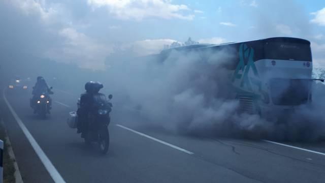 Autobus je dimio poput starog Wartburga, putnici pobjegli van