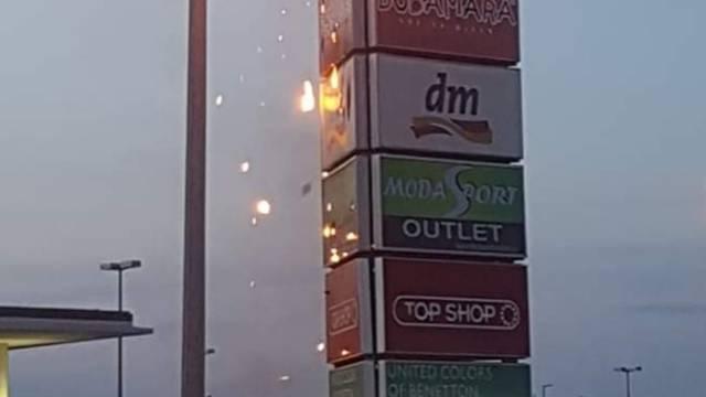 Zapalio se reklamni stup na parkiralištu trgovačkog centra