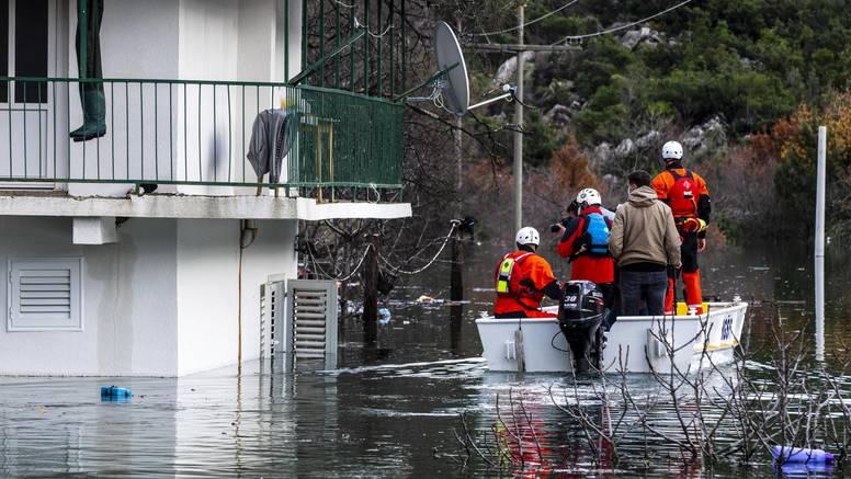 Palo kiše kao za dva mjeseca u vrgoračkom kraju: Do 26 kuća može se doći jedino čamcima
