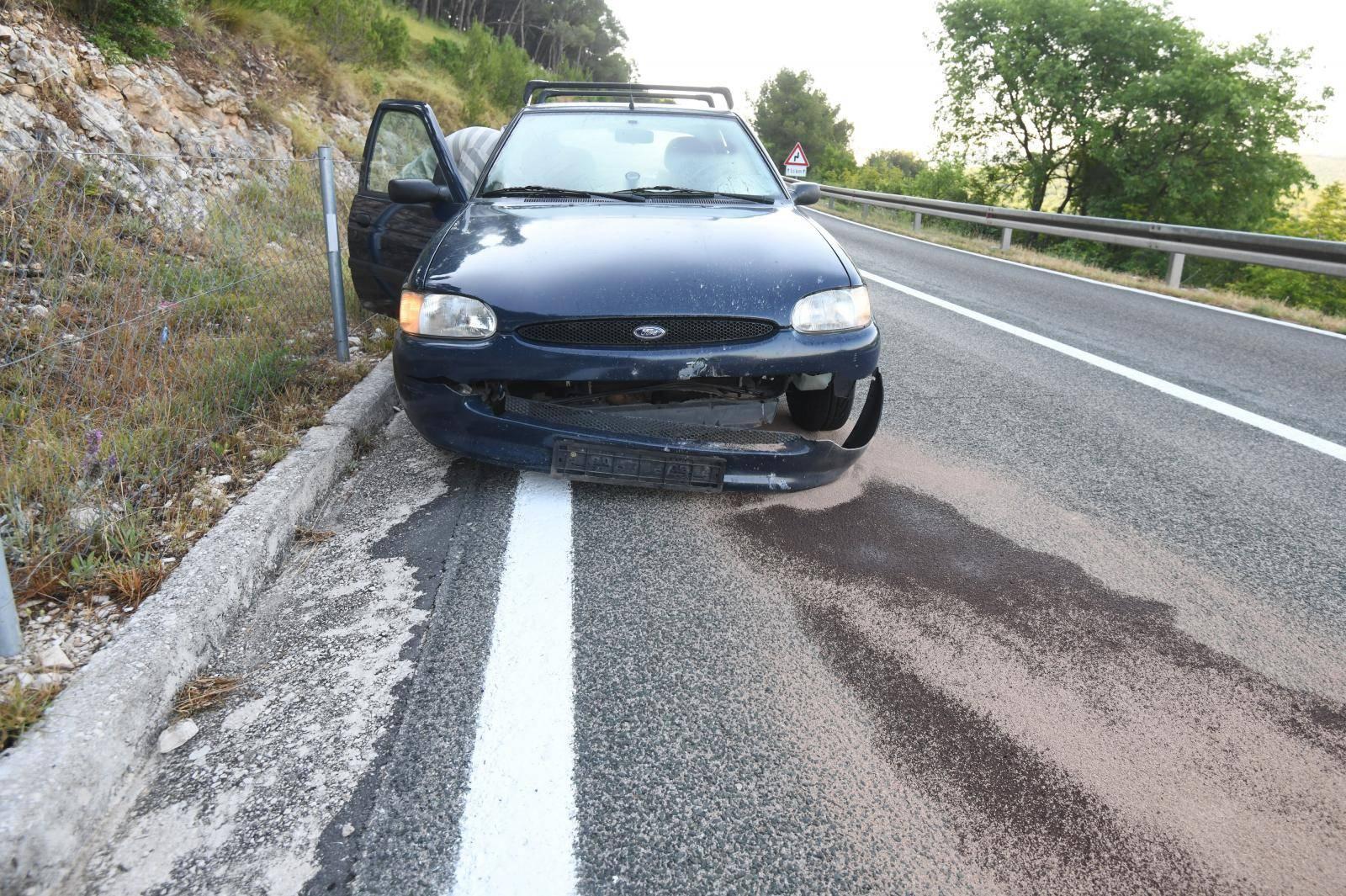 Automobil naletio na kamen koji je uslijed potresa pao na cestu kod Vrpolja