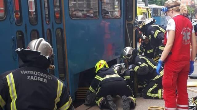 Žena podletjela pod tramvaj u Zagrebu, vatrogasci ga dizali