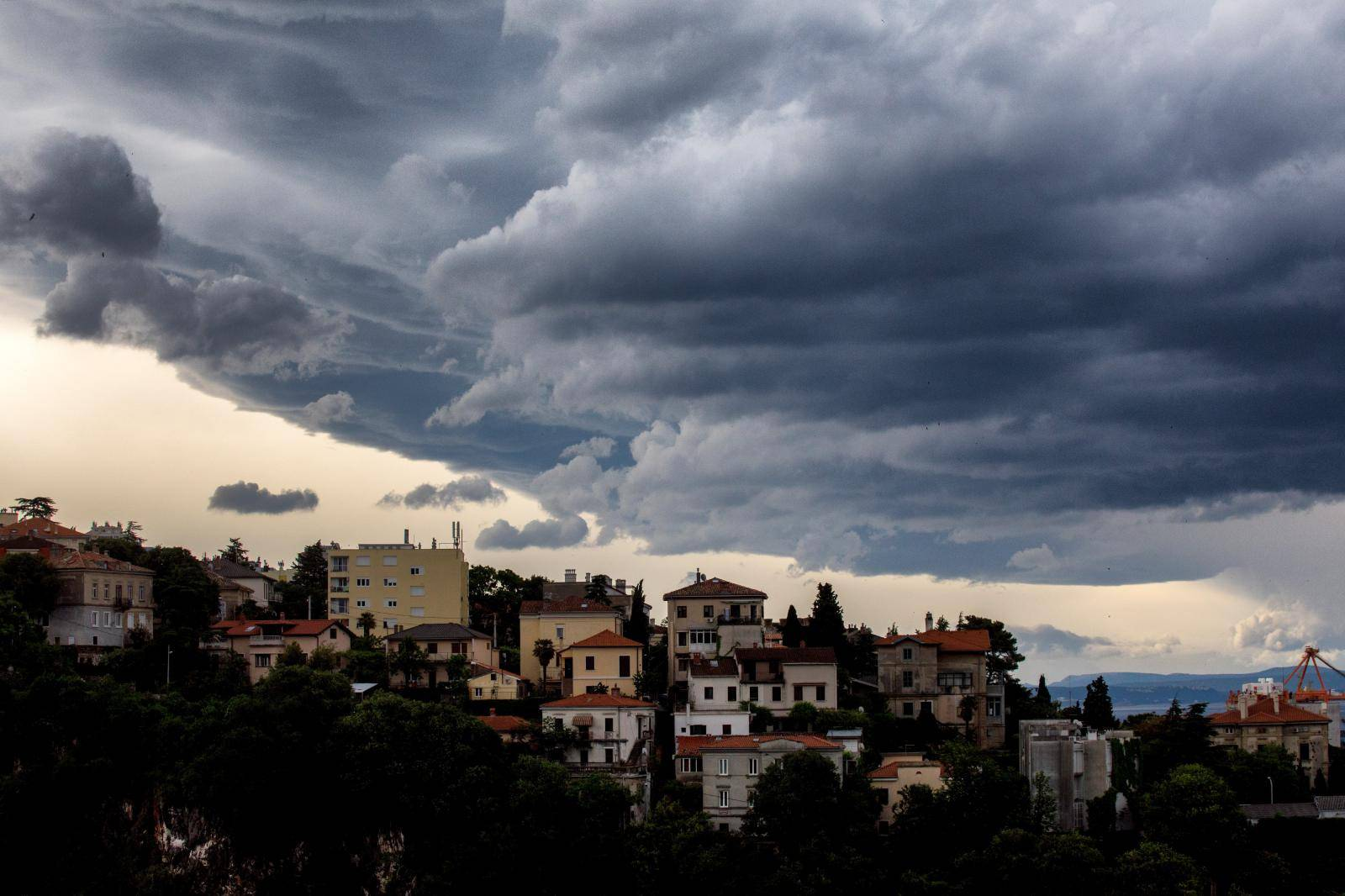 Stigli su pljuskovi i osvježenje: Crveni alarm za dio Hrvatske